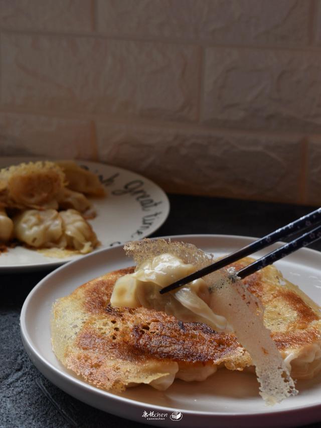 饺子这样做又香又脆,连着做了两次才解馋,面粉和水的比例很关键
