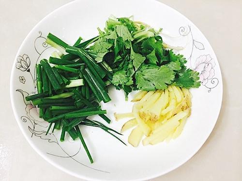 """腌制的黄瓜黑黝黝的又缩水,多放一点""""它"""",黄瓜好看还好吃"""