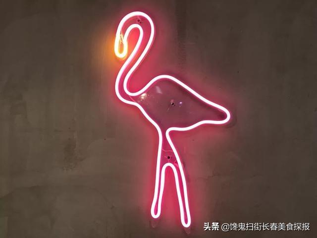 新灯火照亮街头,撸串都到鸽子楼后。带皮烧鸽子太实惠