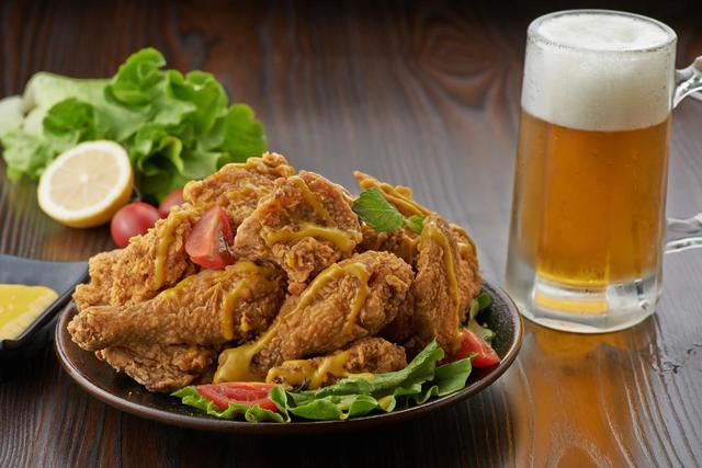 超美味的吮指炸鸡,当然得配冰啤酒,学会这几步,再也不用减肥了