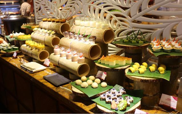 在广州的中心,饱到扶墙出,五星皇冠假日酒店4人特价放题!超抵