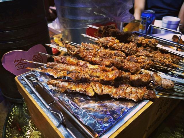 烧烤季来袭!在乌鲁木齐,不吃烧烤的深夜,是没有灵魂的