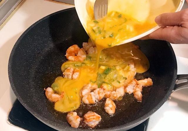 「美食汇」做出餐厅级虾仁炒蛋,先煸出虾油