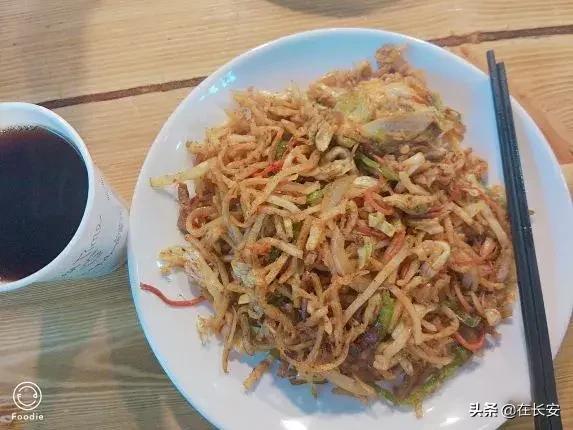 在西安下雨天就想咥实货,炒米 炒细面 炒麻食 吃的舒舒服服
